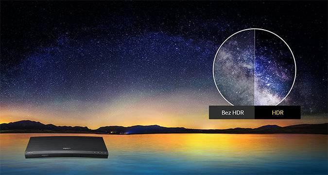 Widoczna panorama nieba nad jeziorem. W prawym, górnym rogu porównanie obrazu bez funkcji HDR i z funkcją HDR. W lewym dolnym rogu widoczny odtwarzacz UHD Blu-ray K8500.